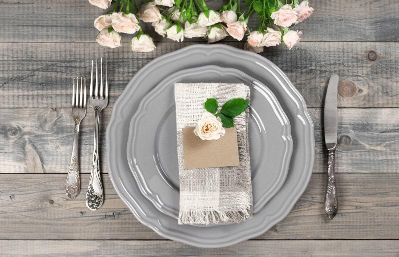 ,mesa posta para jantar pratos