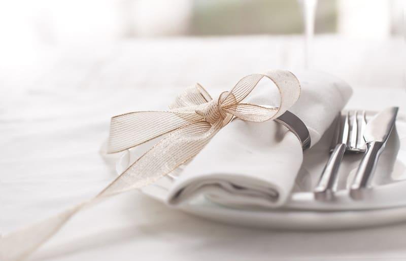 mesa posta para jantar guardanapo de tecido