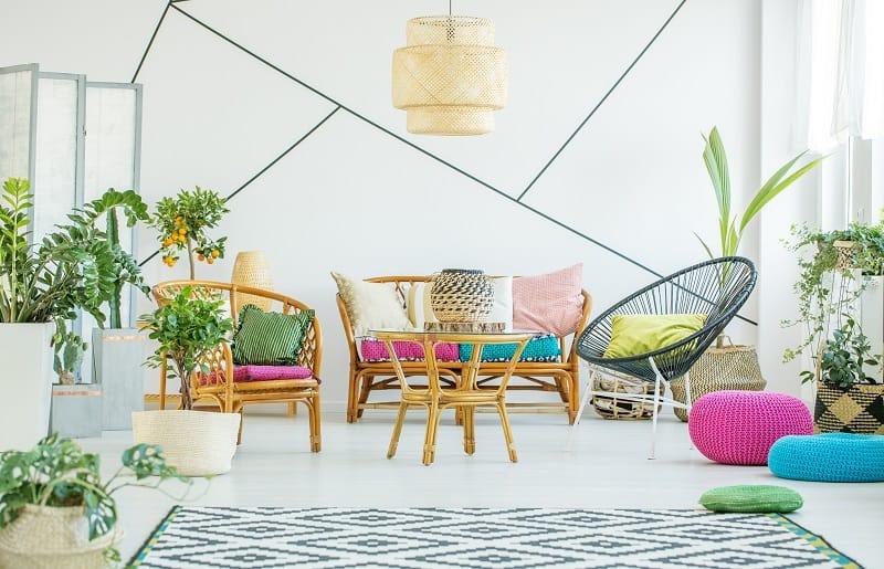 plantas artificiais para sala com decoração colorida