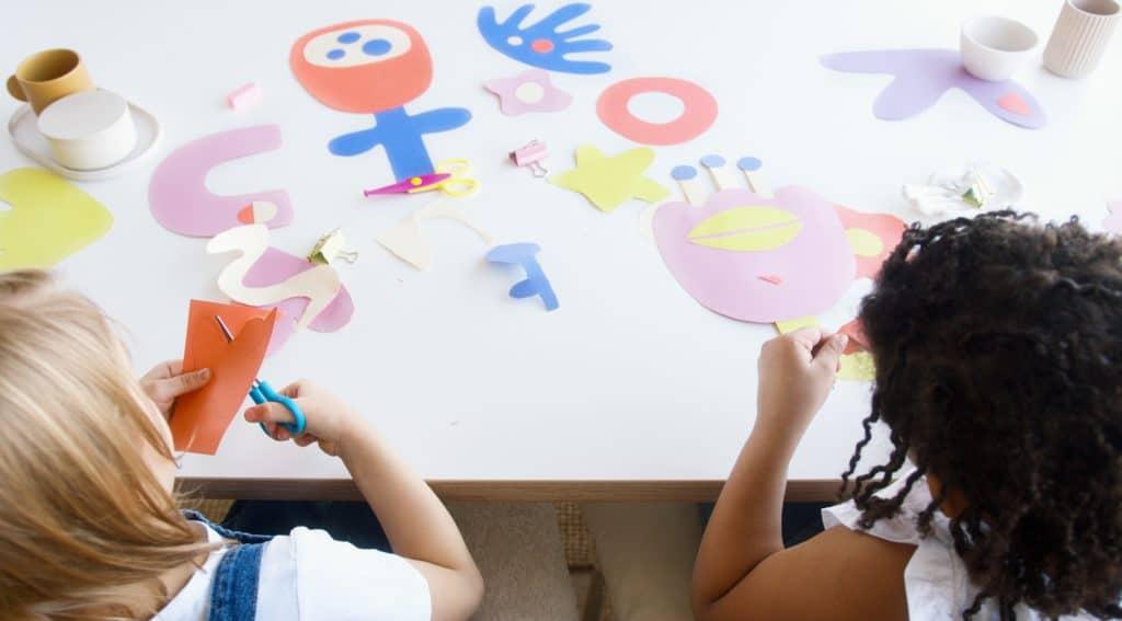 5 ideias de brincadeiras em casa para a família toda